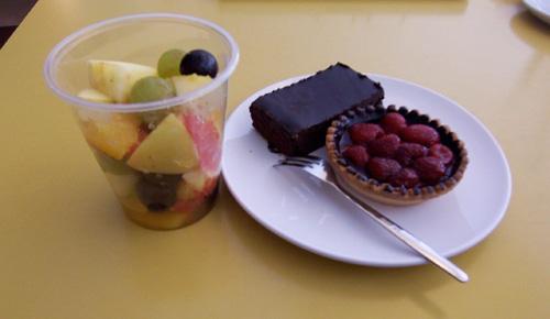 Obst, Beerentörtchen und Brownie