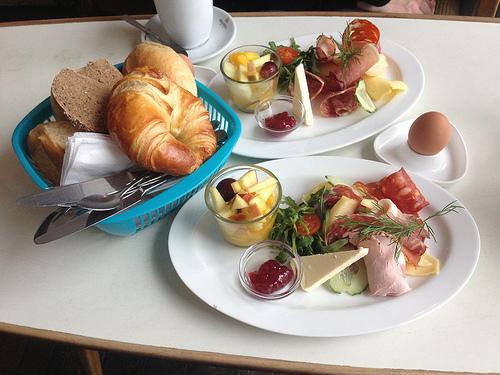 Gemischtes Frühstück (6,40 €) mit Ei {1,20 €) und Croissant (1,50 €)