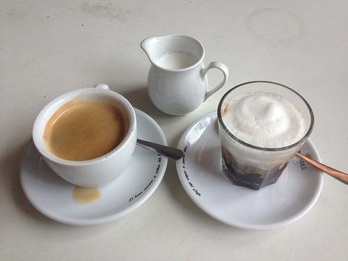 Kaffee (1,80 €) und Doppelter Espresso Macchiato mit Sojamilch (3,00 €)